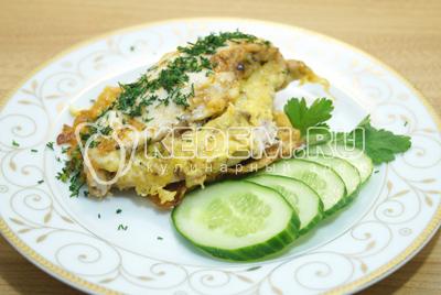 Готовое блюдо немного остудить и выложить на тарелки с овощами.