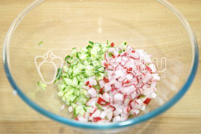 В миску нарезать мелкими кубиками огурец и редис.