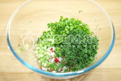 Добавить мелко нашинкованный укроп и зеленый лук.