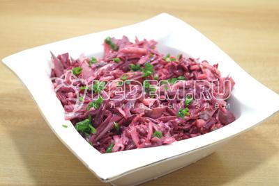Выложить в салатницу, украсить мелко порезанным зеленым луком.