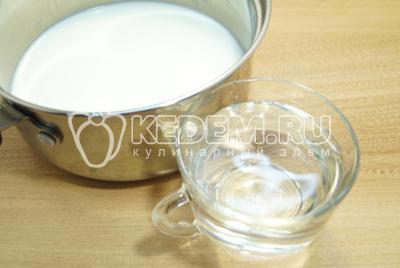 Молоко перелить в кастрюльку. Добавить воду и соль.
