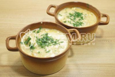 Выложить в порционные блюда и посыпать мелко нашинкованным укропом.