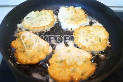 На сковороде разогреть масло и ложкой выложить оладьи. Жарить с двух сторон до золотистой корочки.