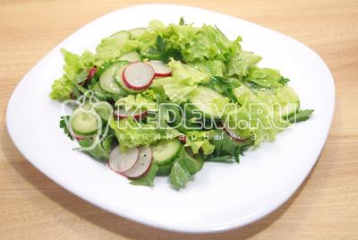 Выложить на блюдо с листьями салата (порвать руками). Дать немного настояться.