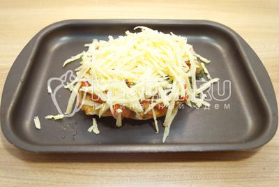 Посыпать тертым сыром.