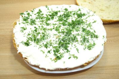 Намазать сыром нижнюю часть и посыпать мелко нашинкованным укропом.