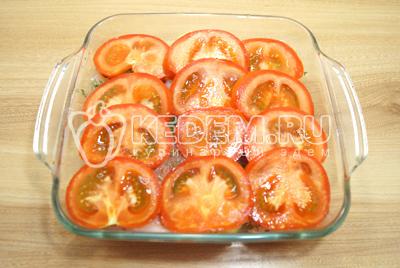 Добавить кружочками нарезанные помидоры.
