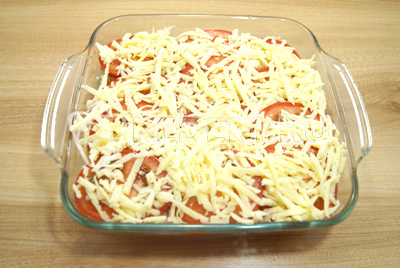 Добавить сверху слой тертого сыра.