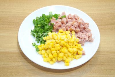 Мелко нашинковать зеленый лук, ветчину нарезать кубиками, слить жидкость с кукурузы.