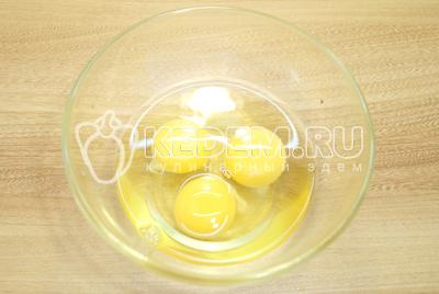 Яйца взбить в миске и посолить.