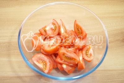 Нарезать крупными ломтиками. Салат из помидоров «Амато»