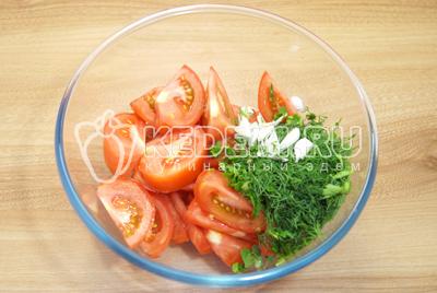 В миску с помидорами добавить зелень и чеснок.