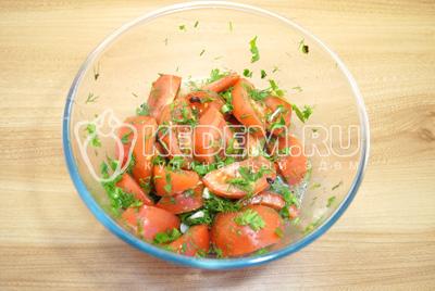 Залить маринад в миску с помидорами и дать настояться пару часов.