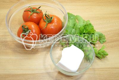 Помидоры и зелень промыть. Сыр нарезать кубиками.
