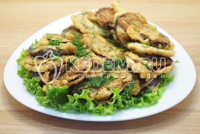 Готовые баклажаны выложить на блюдо с листьями салата и посыпать мелко нашинкованной зеленью укропа.