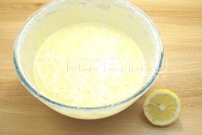 В другую 1,5 столовых ложек муки и половинку сока лимона.