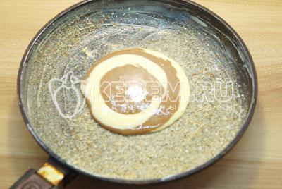 Форму смазать сливочным маслом и посыпать сухарями. Выливать по одной ложки теста из каждой миски чередуя их.