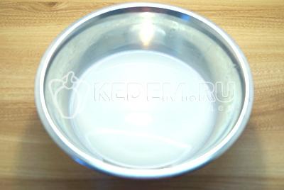 В миске смешать теплое молоко и растительное масло.
