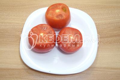 Срезать крышечки у помидоров.