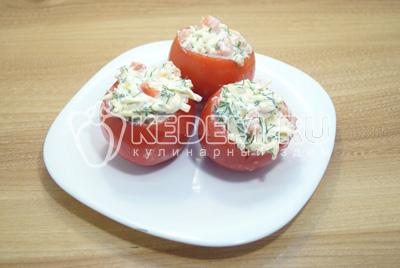 Нафаршировать помидоры начинкой.