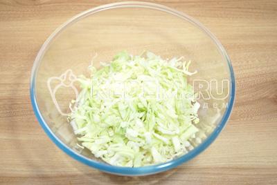 В миску нашинковать капусту.