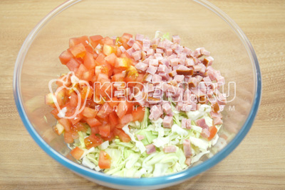 Добавить кубиками нарезанные помидоры и ветчину.