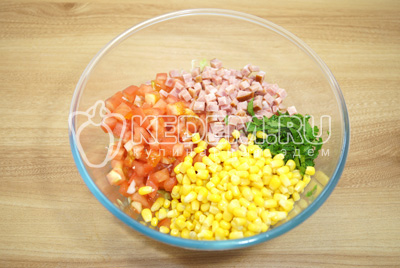 Добавить кукурузу и мелко измельченную петрушку.