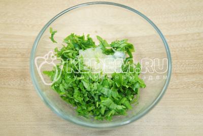 В миске смешать мелко нашинкованную зелень петрушки и прессованный чеснок.