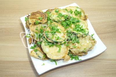 Выложить закуску из кабачков слоями, слой кабачков слой зелени с чесноком.