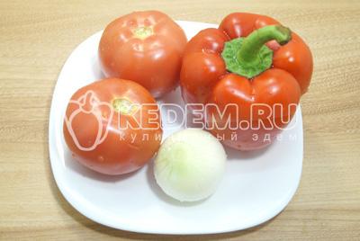 Для заправки хорошо помойте и очистите овощи.