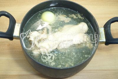 Убавить огонь и готовить бульон 1-1,5 часа. Из готового бульона удалить курицу и лук. Бульон процедить. Мясо снять с костей.