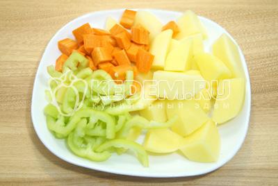 Нарезать крупно картофель, чуть поменьше нарезать морковь и перец. Добавить овощи в бульон и варить до полу готовности.