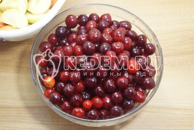 Ягоды вишни хорошо промыть и перебрать.