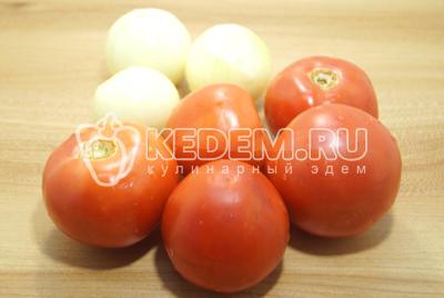 Лук очистить, помидоры вымыть.