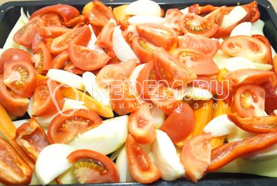 Добавить ломтиками нарезанные помидоры и луковицы. Залить маслом овощи.