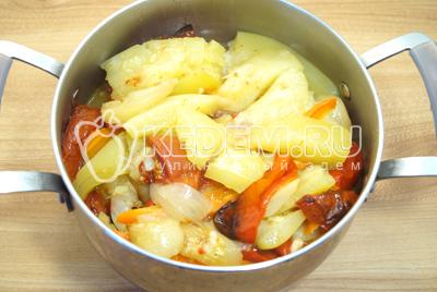 Готовые мягкие овощи выложить в  кастрюлю шумовкой. Овощной сок с маслом нам больше не понадобятся, овощи взяли в себя достаточное количество масла.
