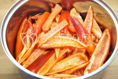 Нарезать перец ломтиками и сложить в большую кастрюлю.