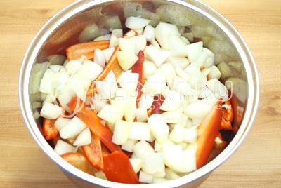 Нарезать небольшими кубиками и сложить к перцам.