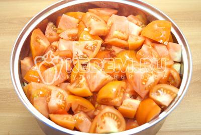 Нарезать кусочками помидоры и сложить в кастрюлю.