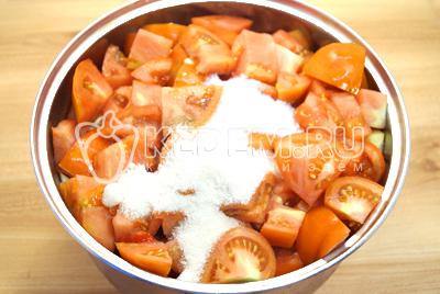 Добавить соль, сахар и масло. По вкусу можно добавить молотый черный перец.