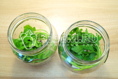 Добавить хорошо промытую и сухую зелень петрушки.
