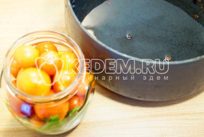 Слить воду с кастрюлю, добавить из расчета на 1 литр воды 3 ст. ложки сахара, 2 ст. ложки соли. Хорошо прокипятить маринад.