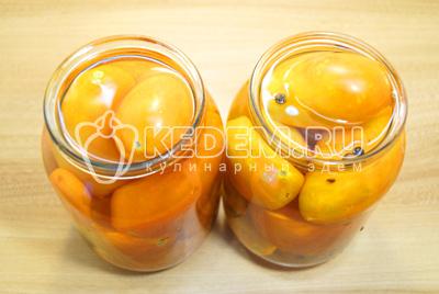 Заложить плотно помидоры в банки. Залить кипятком, прикрыть крышками и оставить на 20 минут.