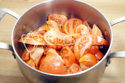 Нарезать помидоры дольками и выложить в кастрюлю.