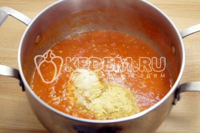 Добавить соль, сахар, чеснок и горчицу в кастрюлю и варить 2-3 минуты помешивая.