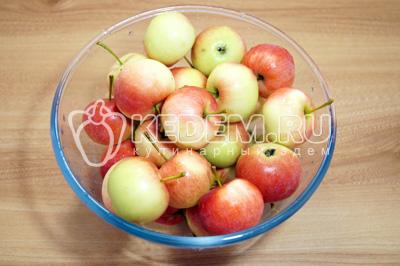 Яблоки хорошо промыть и обсушить.