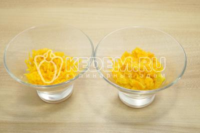 Морковь натереть на терке и выложить нижним слоем в салатницы.