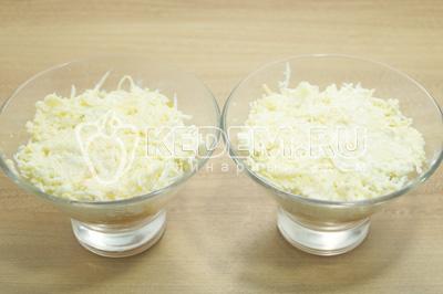 Выложить слоем сырную массу поверх яичного слоя.
