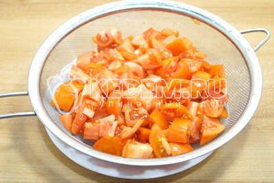 Нарезать помидоры кубиками. Выложить в сито, дать лишнему соку стечь.