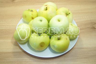 Яблоки собрать, вымыть и обсушить.